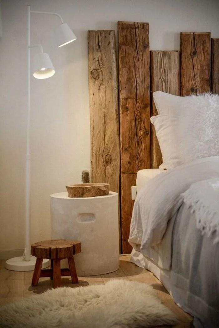 Decoração rústica em cabeceira de cama de madeira