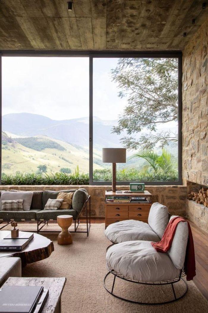 Sala com grande janela de vidro.