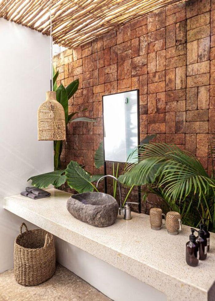 Banheiro com parede de pedra.