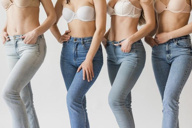 mulheres com sutiã e calça jeans