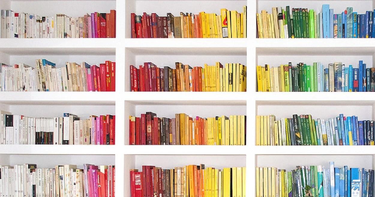 Como organizar livros por cor.