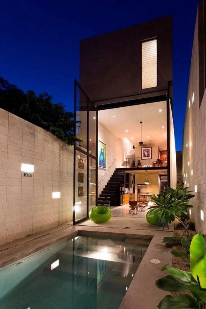 Casa com quintal e piscina.