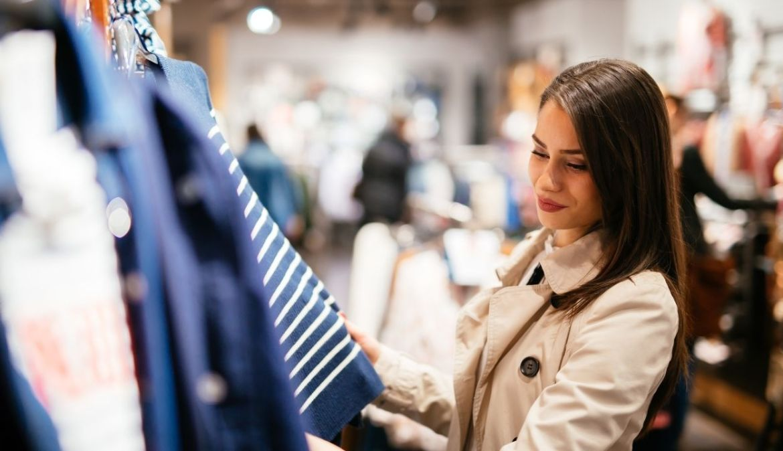 mulher comprando roupas com milhas aéreas