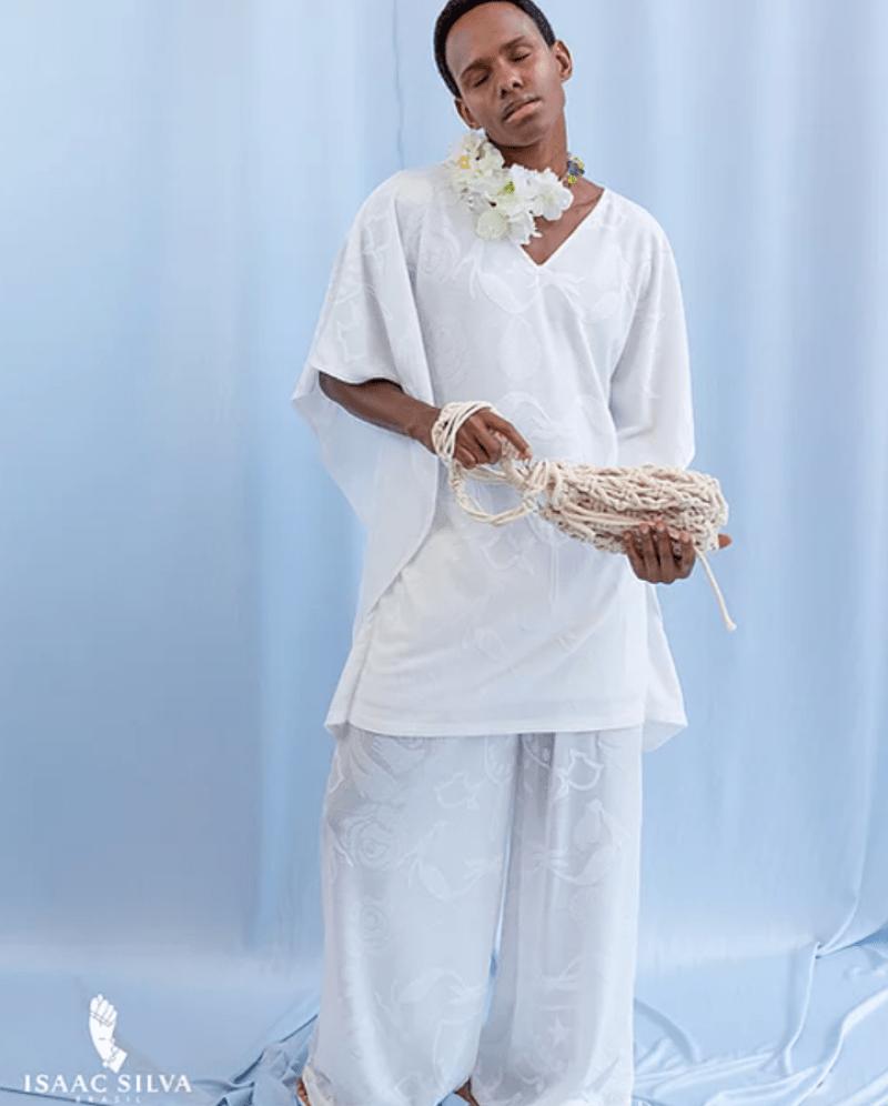 Túnica e calça Isaac Silva com referência de religiões de matriz africana