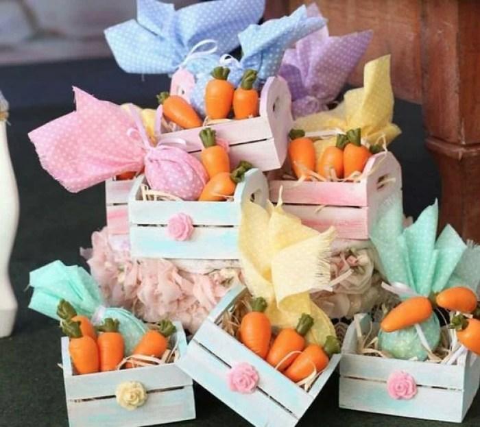 Mini cenouras em mini cestas.