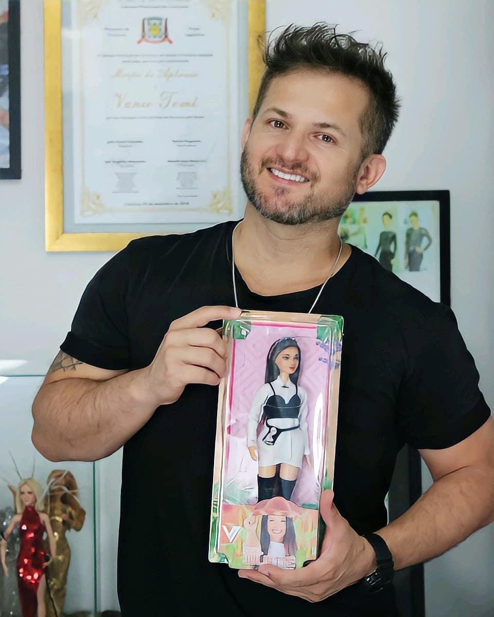 Vanio faz boneca com características de Juliette, do BBB 21.