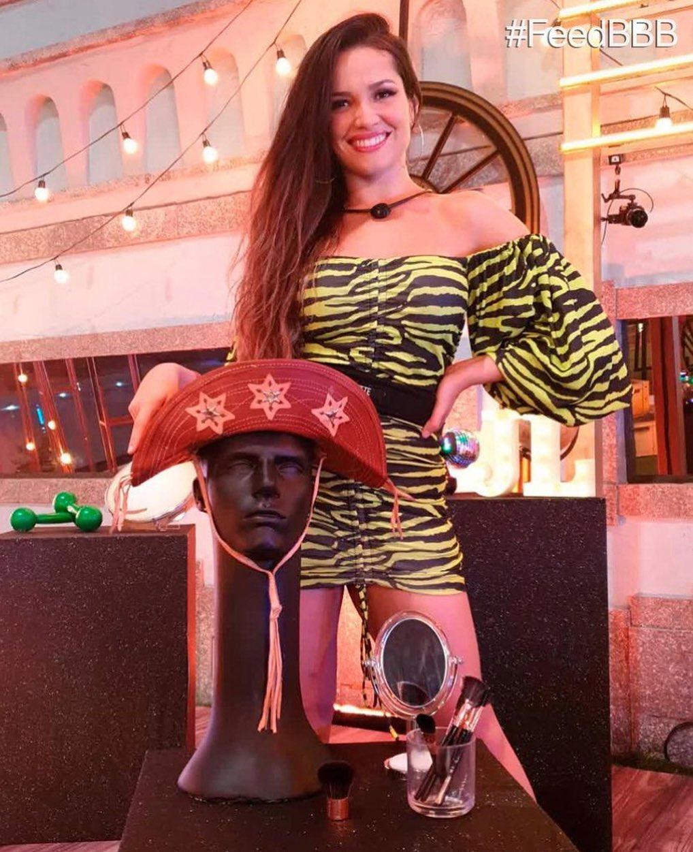 Juliette BBB 21 corre atraz de Boninho vestido de dummy.