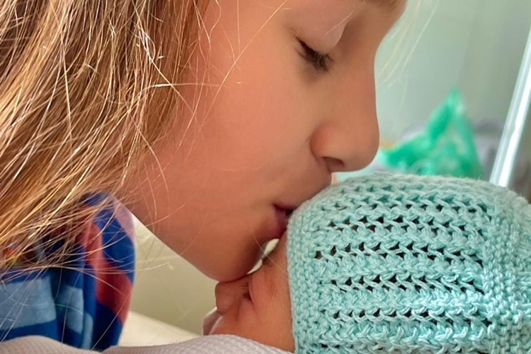 Ella Felipa beija irmã caçula.