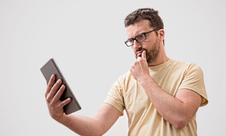 jovem com tablet milhas