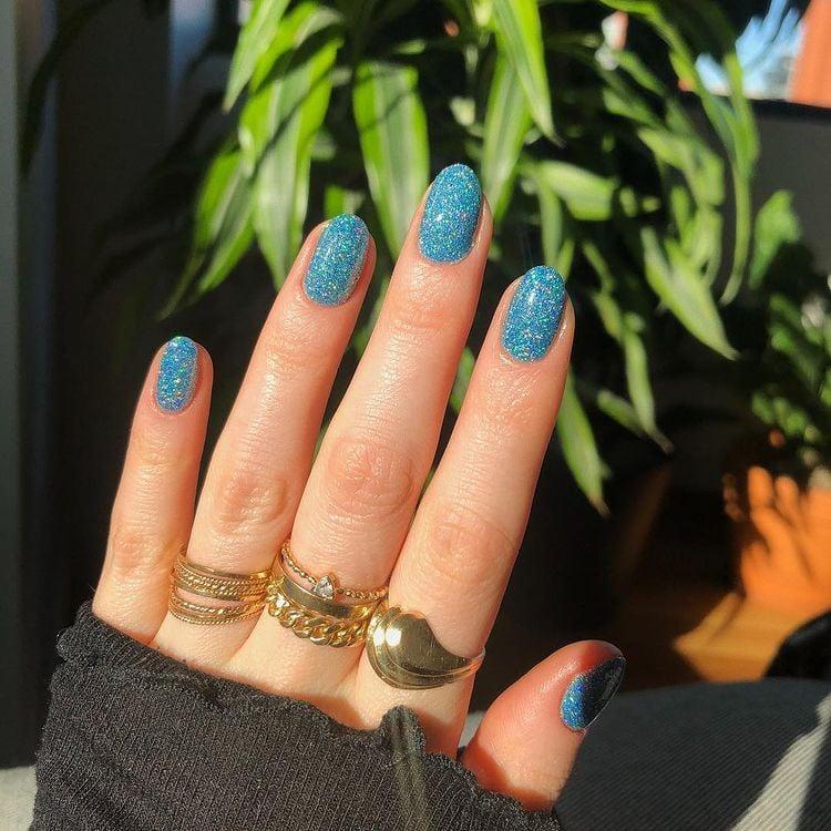 Unhas azuis cintilantes