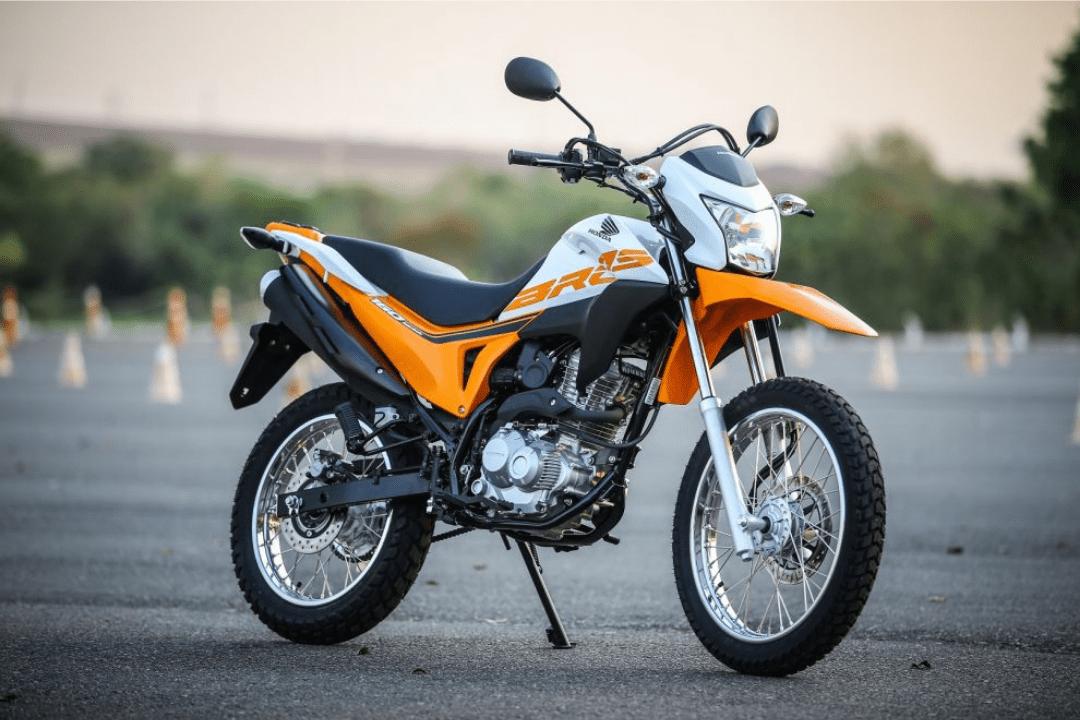 Imagem de uma Honda NXR 160 Bros laranja e branca.