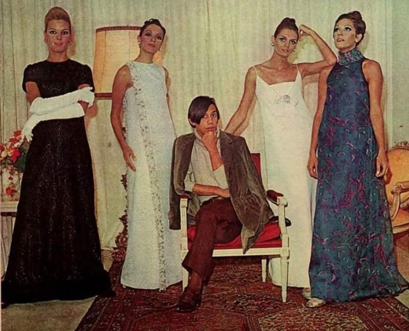 Clodovil Hernandes entre modelos. Revista Manchete, 1967, edição 794.