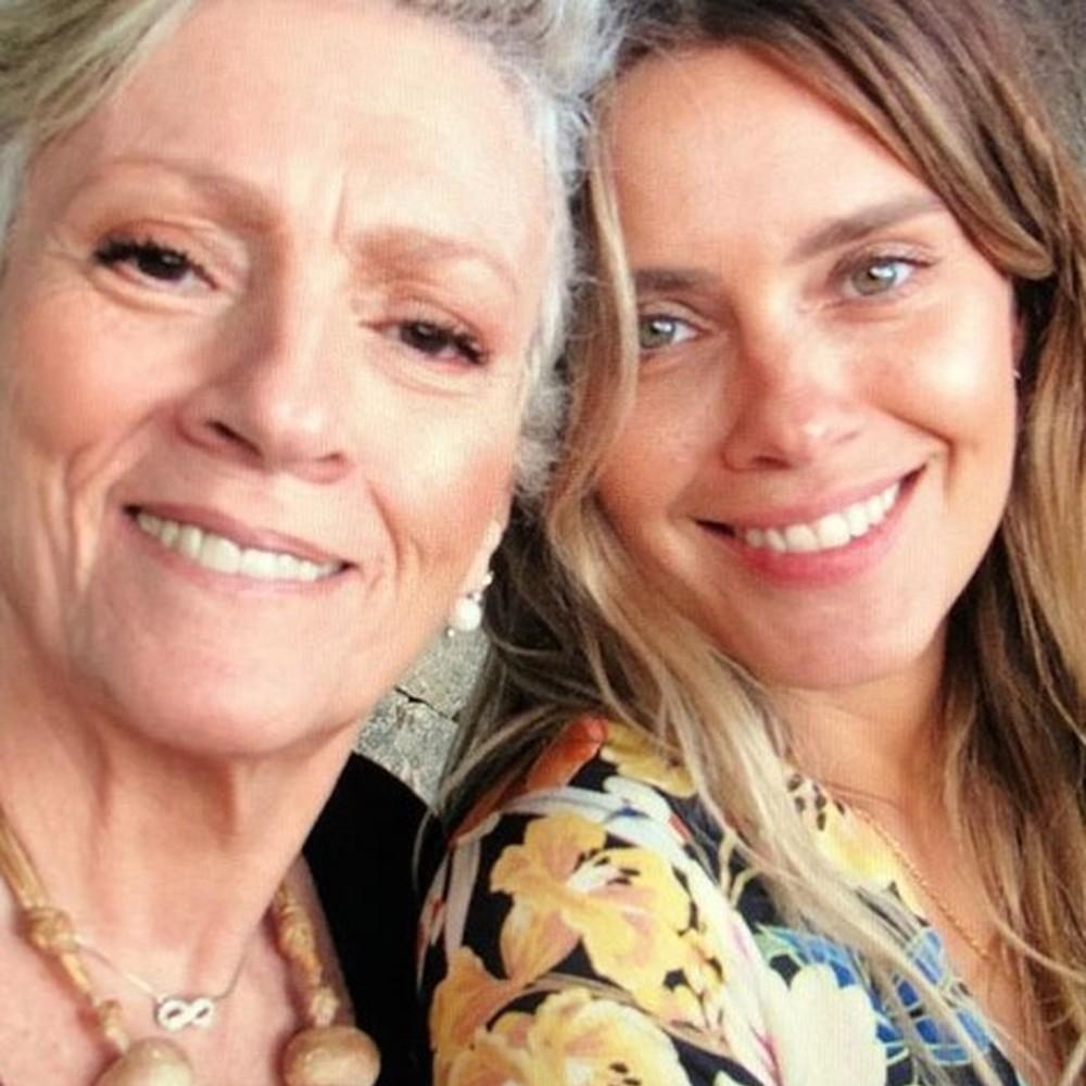 Carolina Dieckmann e sua mamãe.