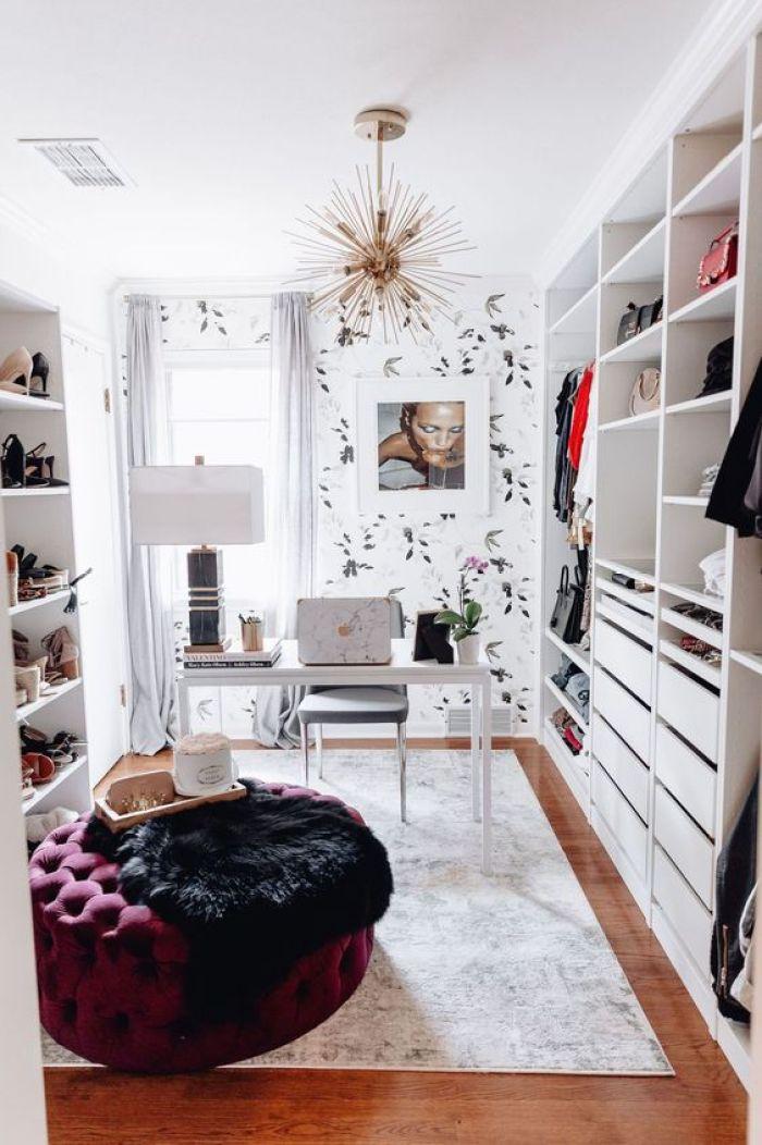 Closet feminino com escritório.