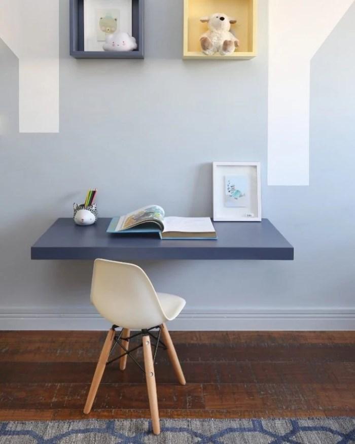 Mesa de estudo azul suspensa.