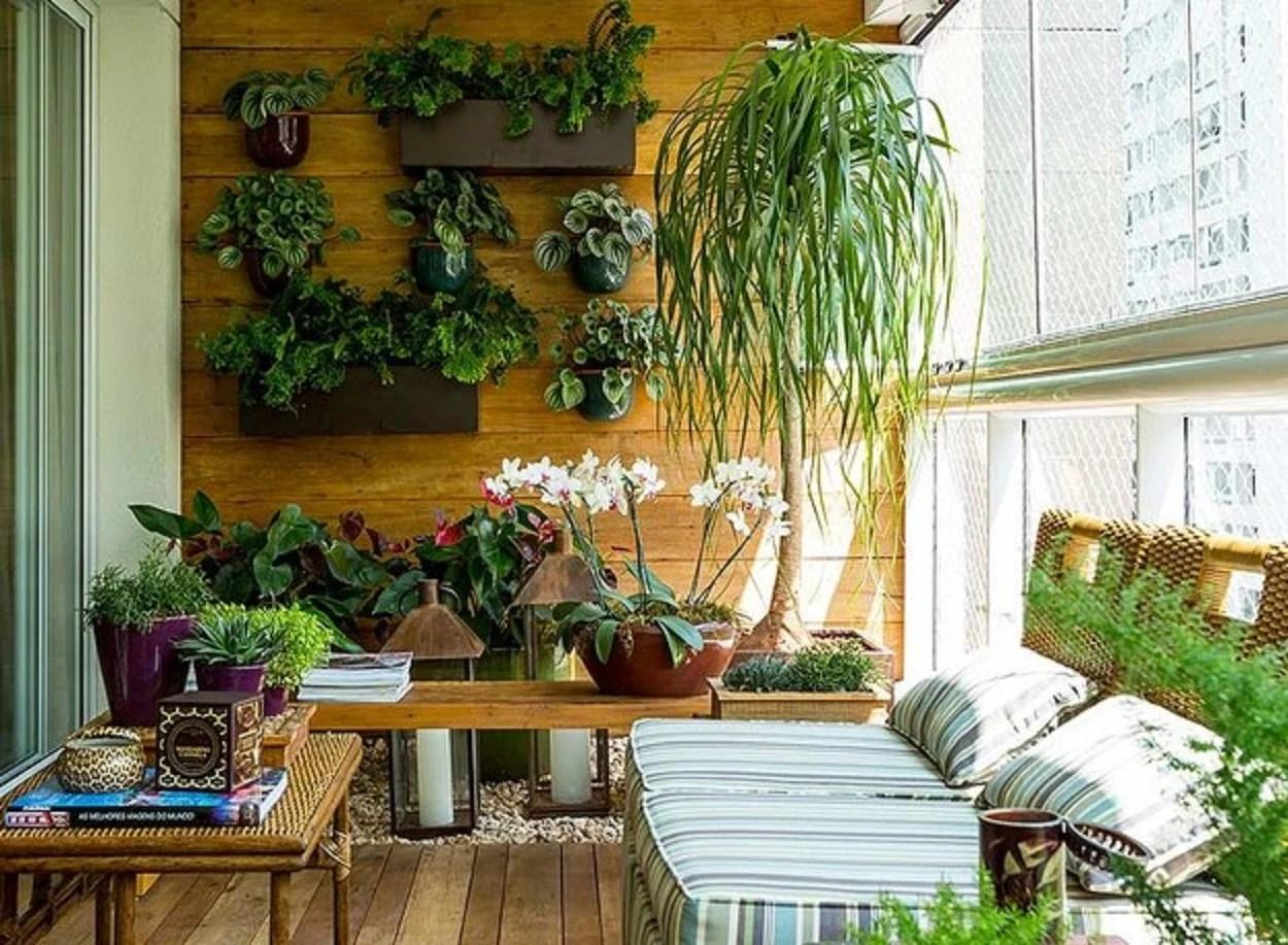 Varanda com plantas.