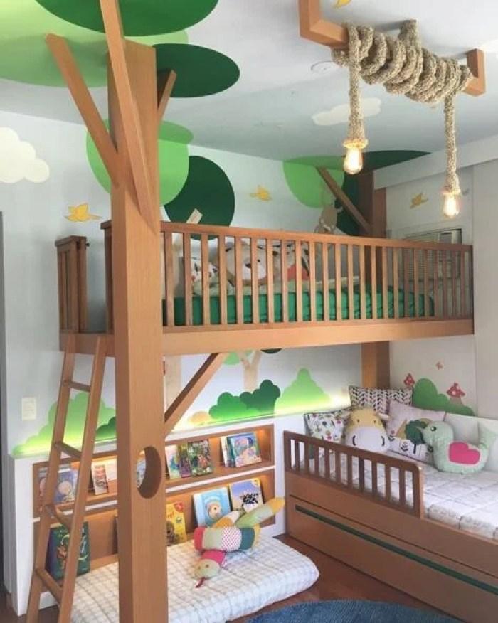 Quarto infantil com beliche com tema de floresta.