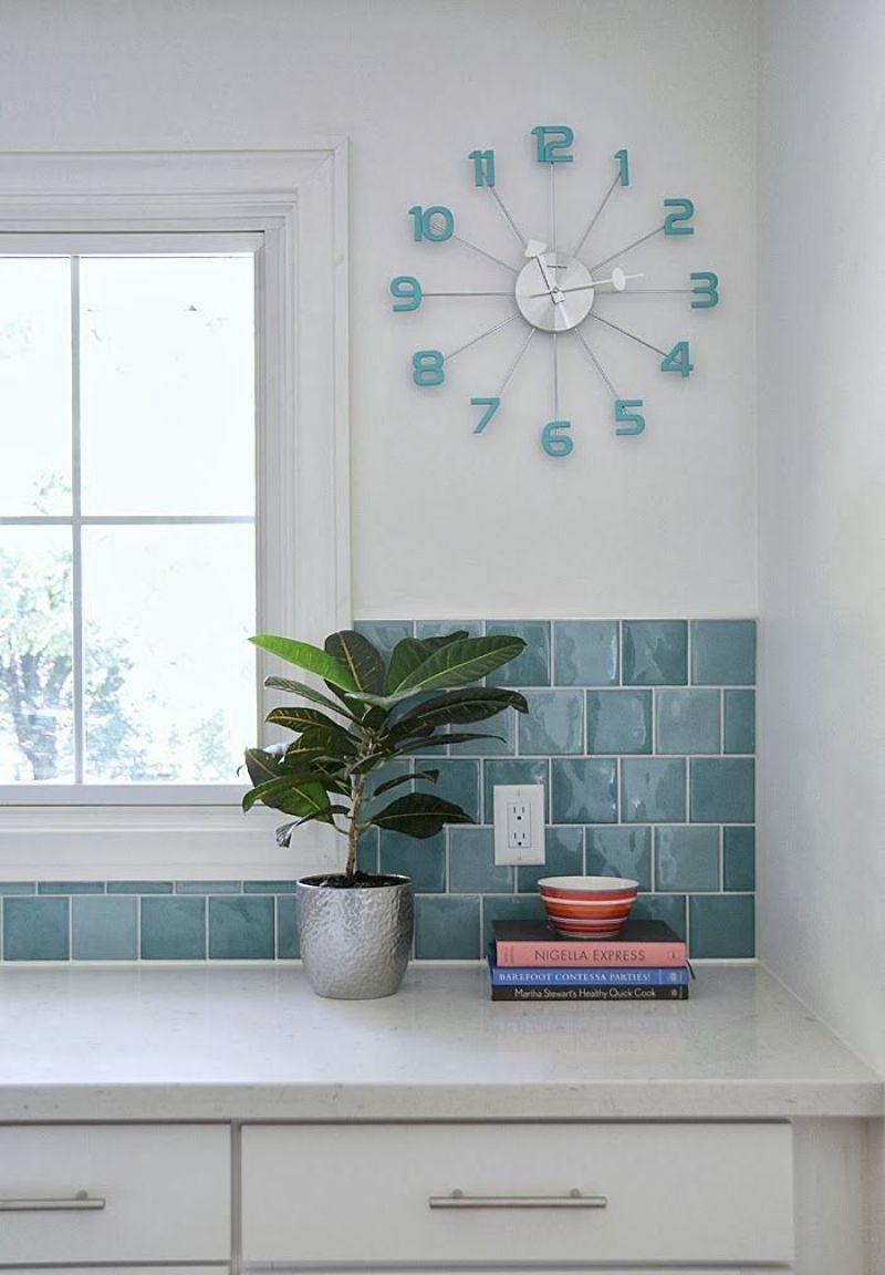 Relógio de parede azul.