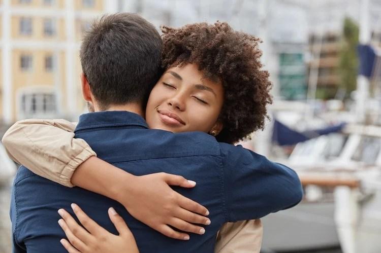 duas pessoas se abraçando