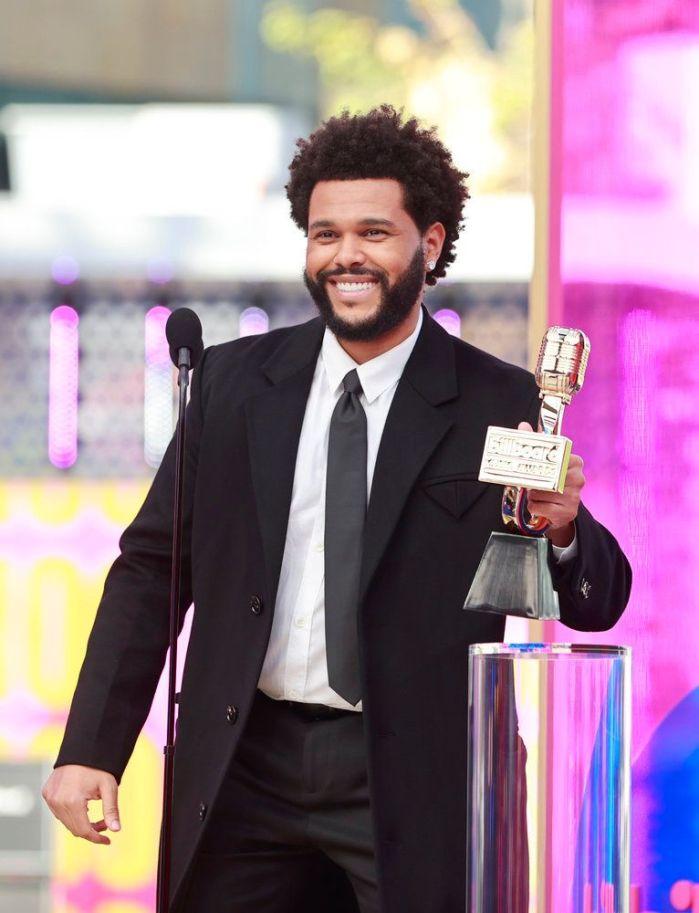 The Weeknd recebendo prêmio no Billboard Music Awards 2021.