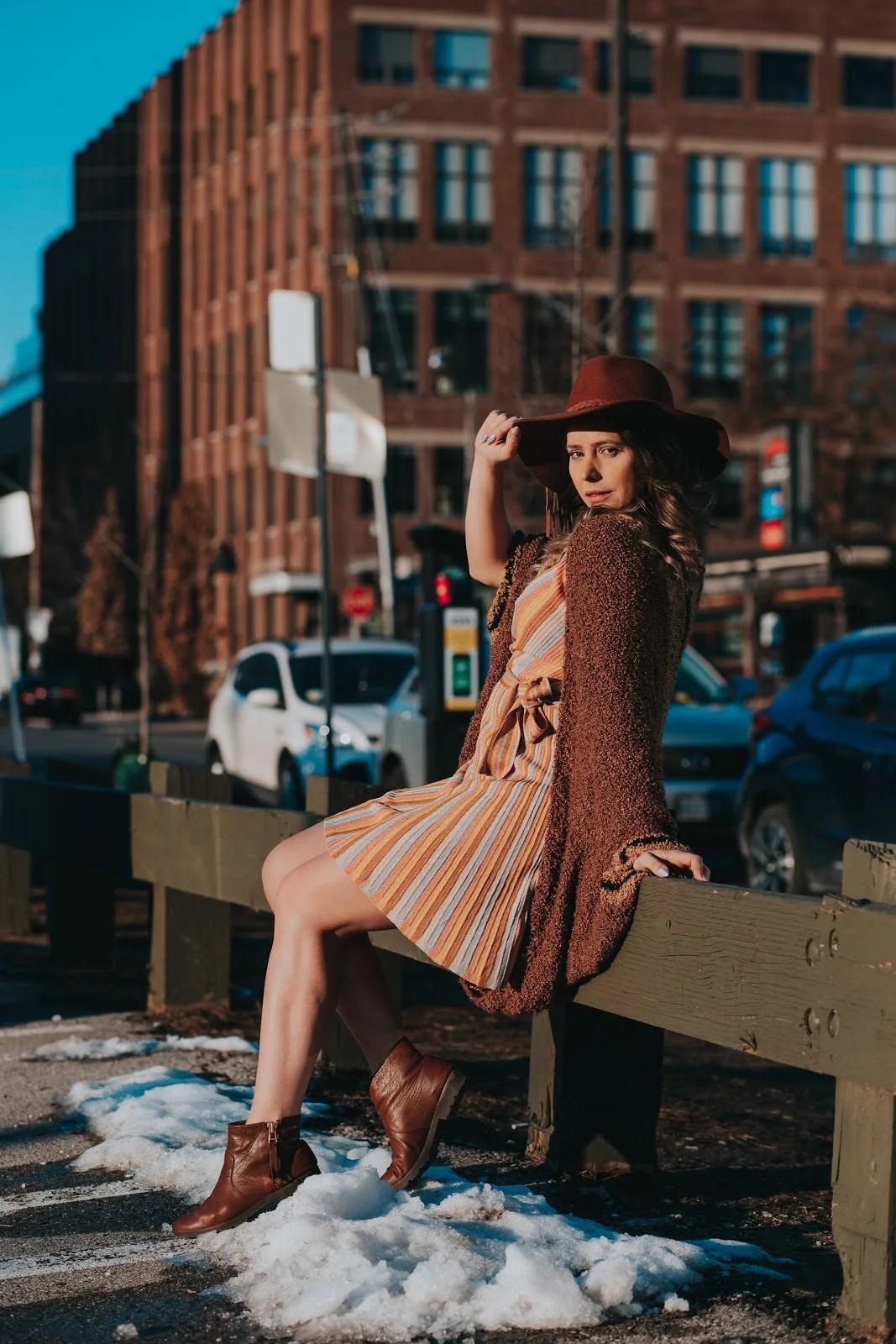 Look com cardigan com vestido, bota e chapéu