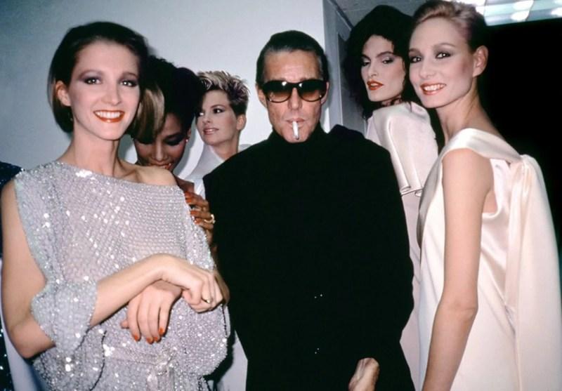 Halston com modelos.
