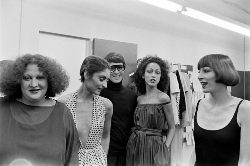 As modelos Pat Ast, Roy Halston, Pat Cleveland e Anjelica Huston nos bastidores com Halston, em 1973.
