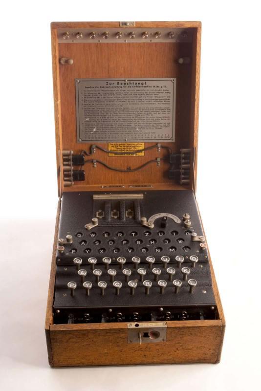 A máquina alemã Enigma, decifrada por Alan Turing durante a Segunda Guerra Mundial.