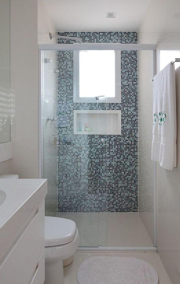 Parede azul em banheiro simples.
