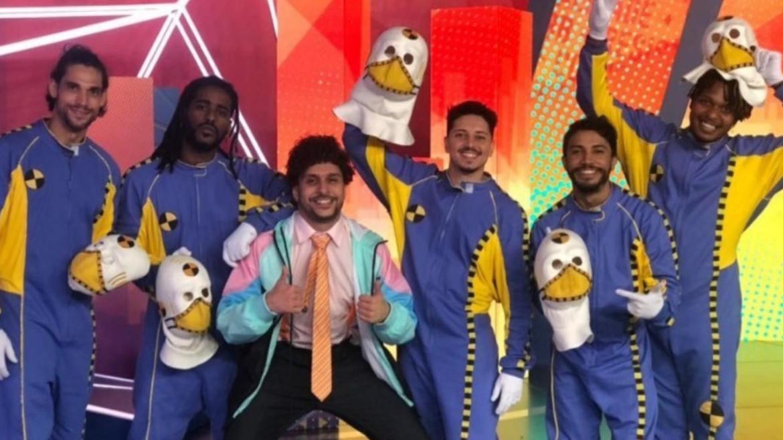 Thadeu Torres revela a identidade de Dummy do BBB 21 ao lado dos amigos. (imagem: Instagram)