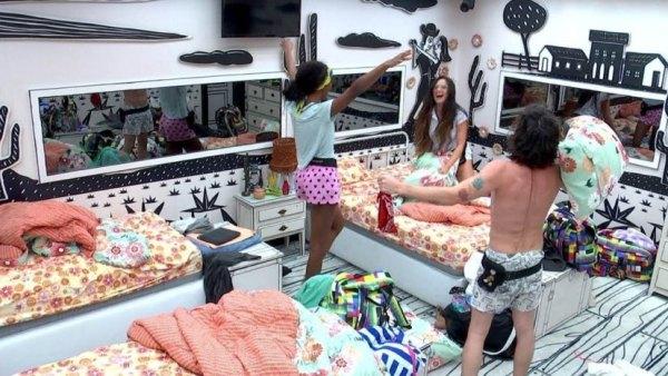 Guerra de Travesseiro mar última noite de Camilla, Fiuk e Juliette no BBB 21 (imagem: reprodução/ Globo)