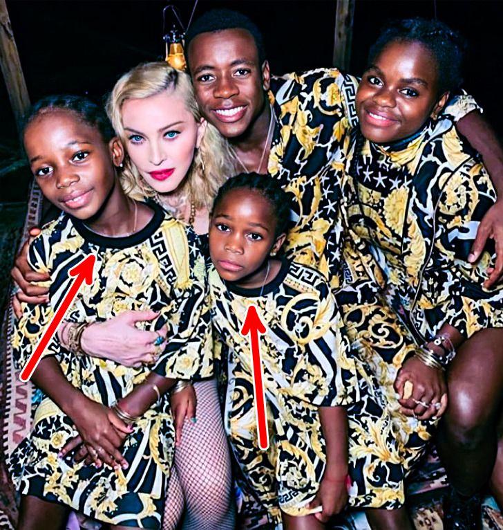 Madonna e gêmeas adotadas.