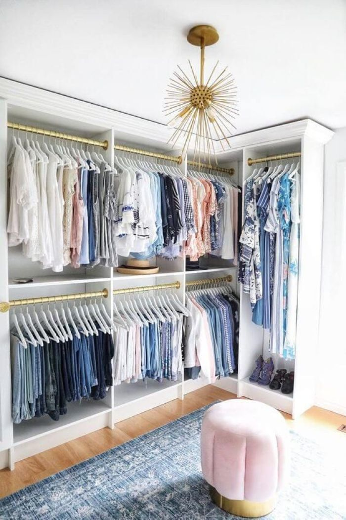 Closet com roupas azuis.