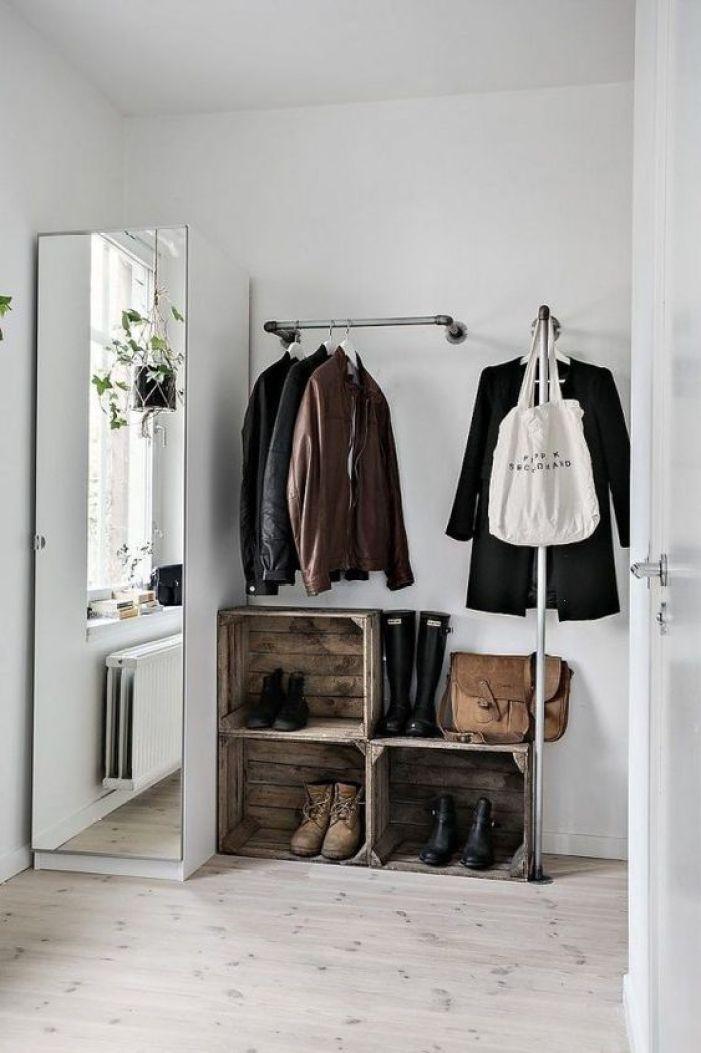 Sapateira espelhada no closet.