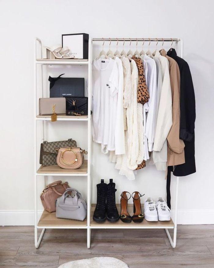 Móvel branco pequeno no closet.