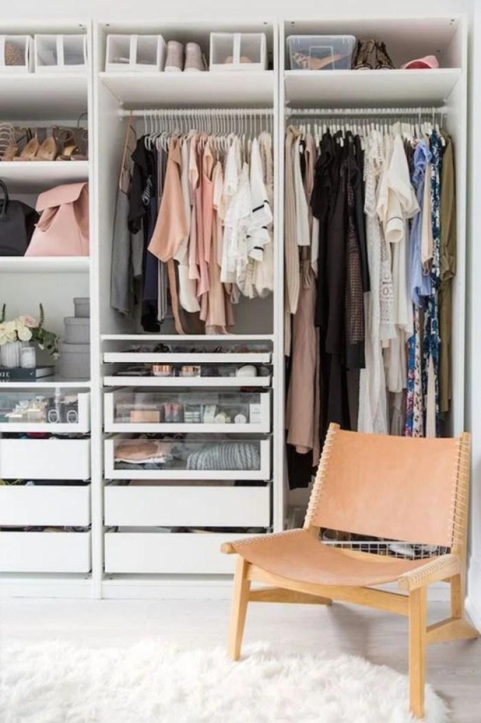 Closet feminino.