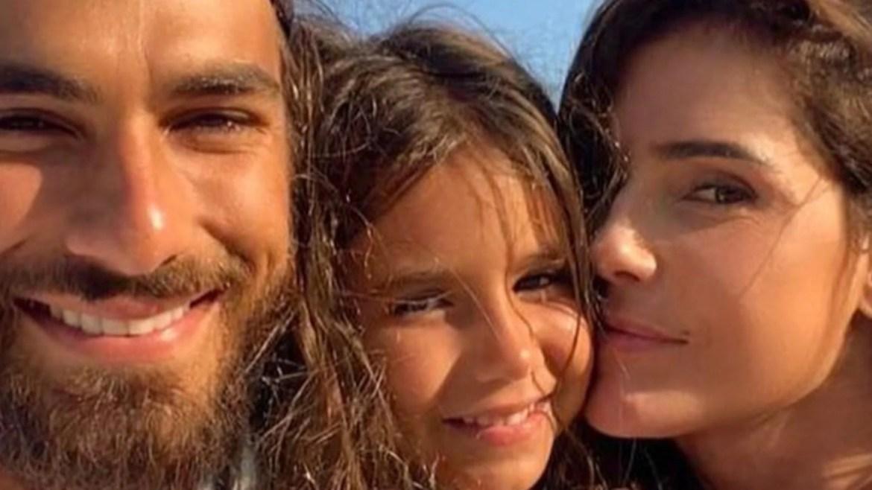 Deborah Secco ao lado de sua filha, Maria Flor e seu marido, Hugo Moura (imagem: Instagram)