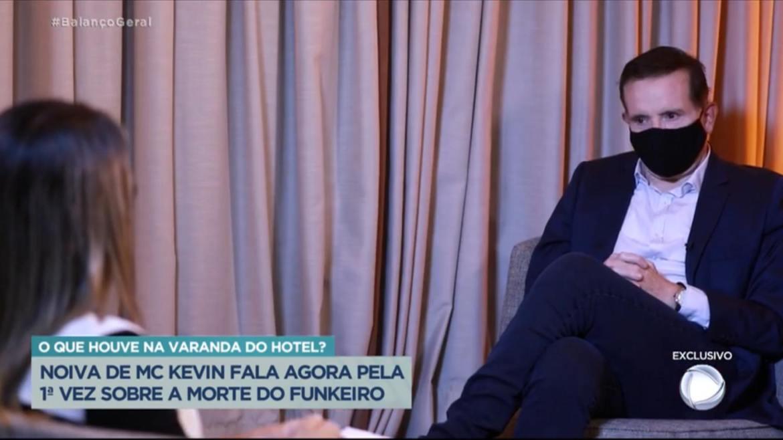 Roberto Cabrini conversa com Deolane Bezerra viúva de Mc Kevin (imagem: Reprodução/ Record TV)