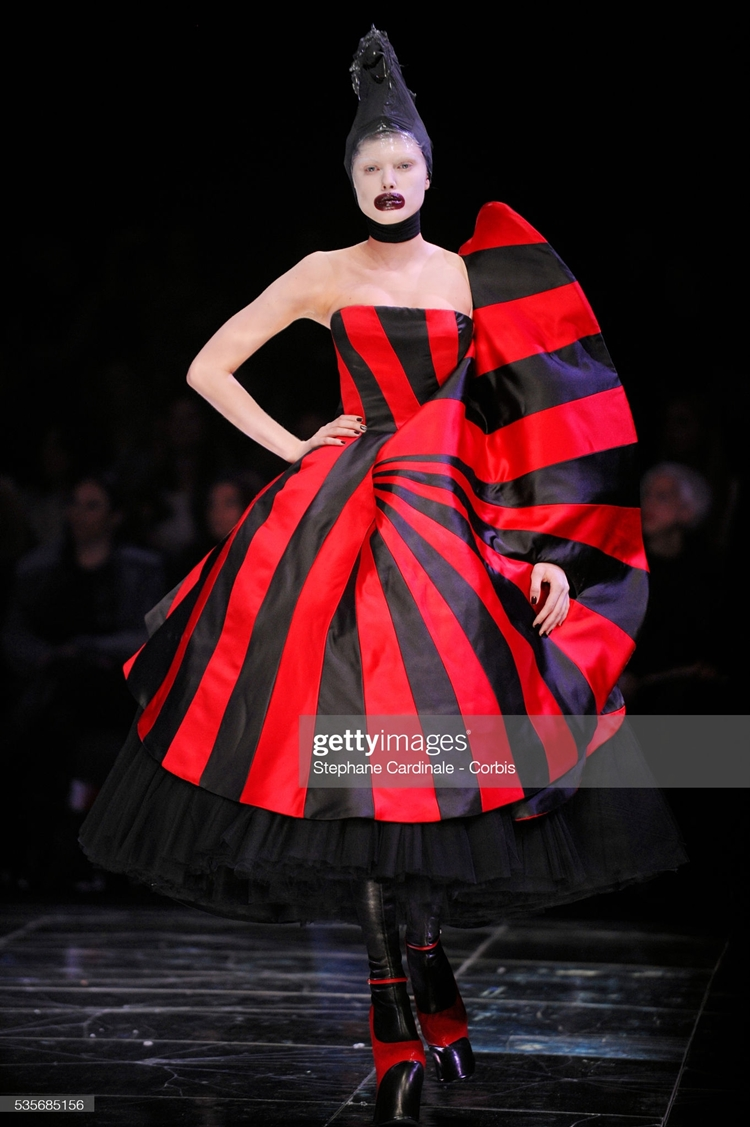 """France - """"Alexander McQueen"""" Ready to Wear Collection - Fall/Winter 2009/2010 - Paris Fashion Week."""