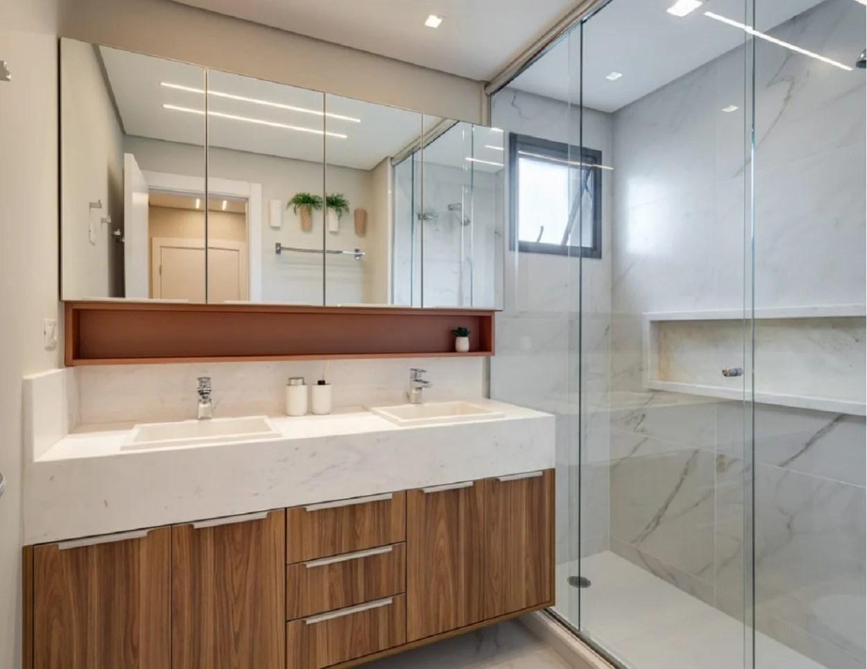 Banheiro planejado duplo.