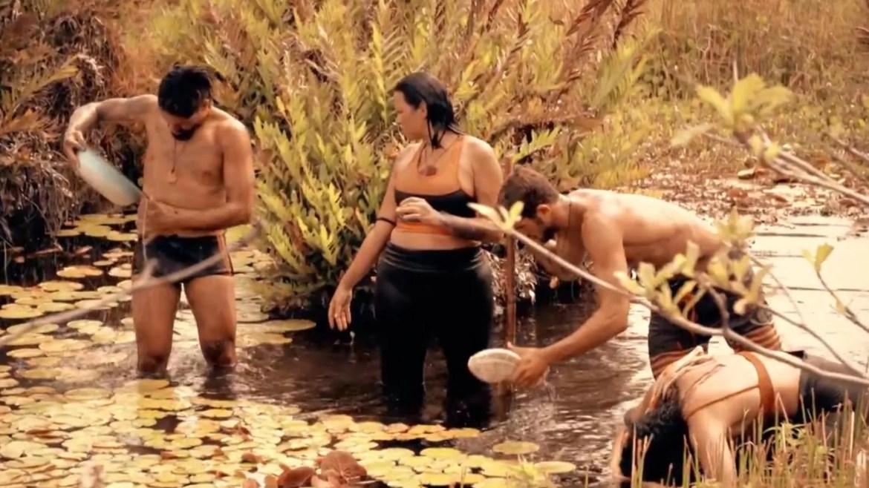 Participante de No Limite tomam banho no rio (sem sabonete) (imagem: reprodução)