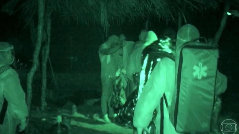 Socorrista entraram nas tribos para entregar cobertores térmicos e consultar estado dos participantes (imagem: Reprodução: Globo)
