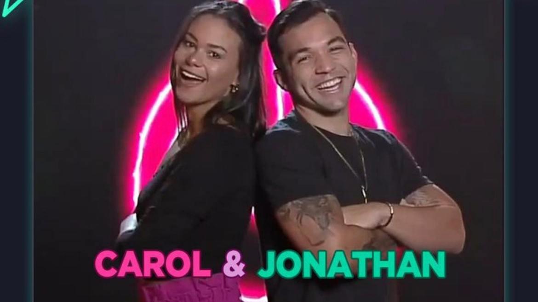 O Dj, Jonathan e sua esposa Carolina Santos estão no reality (imagem: reprodução)