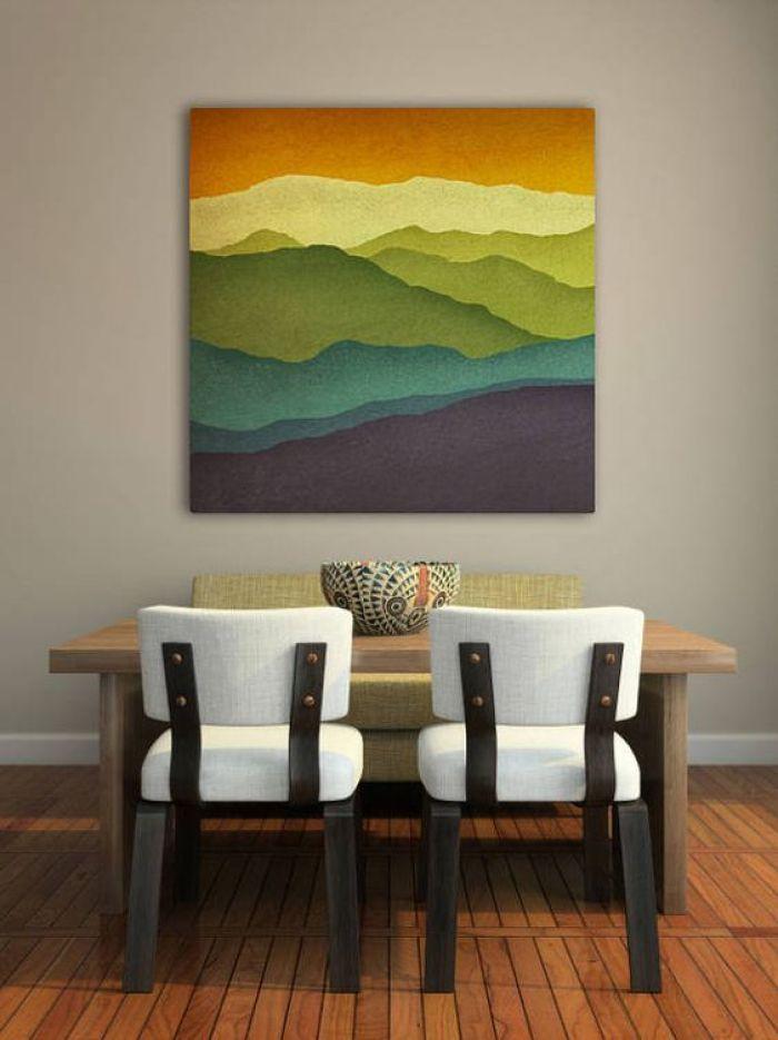 Sala de jantar e quadro colorido.