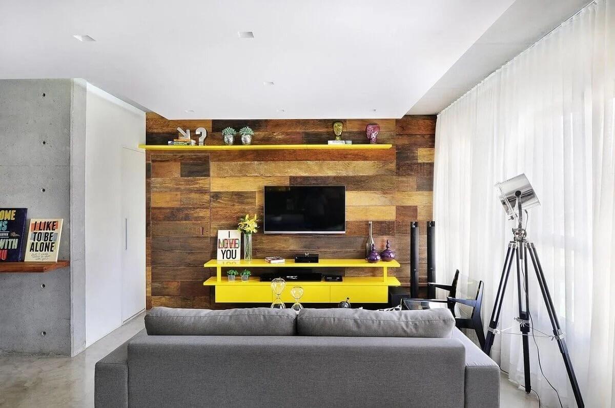Sala com rack amarelo.