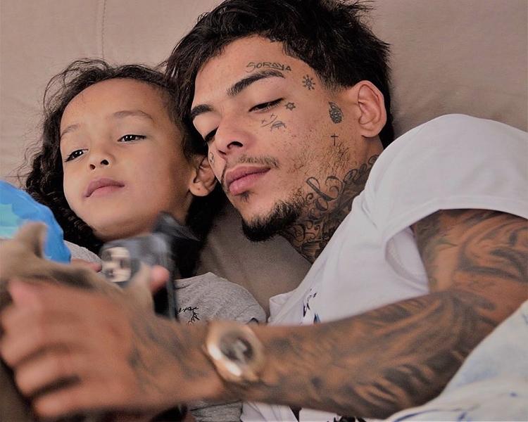 MC Kevin e filha.