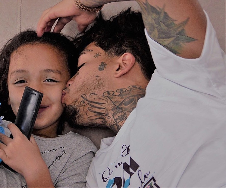 Funkeiro e sua filha de 5 anos.