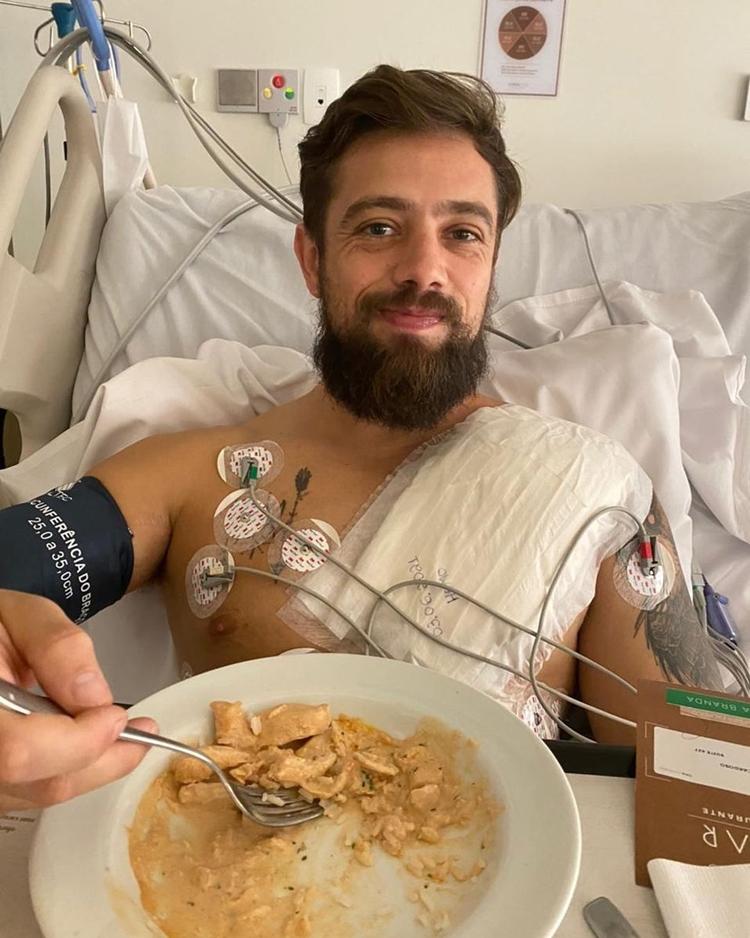 Artista no hospital após passar por cirurgia cardíaca.