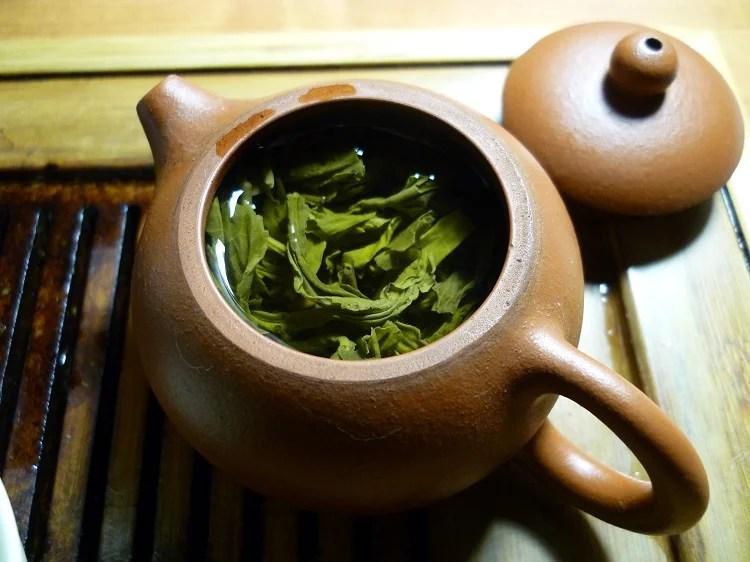 bule com chá de alface