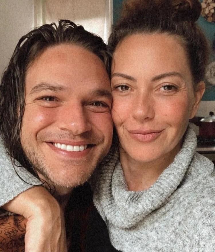 Emilio Dantas e Fabíula Nascimento com os rostinhos coladinhos